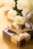 Flowers and gift — Stock Photo