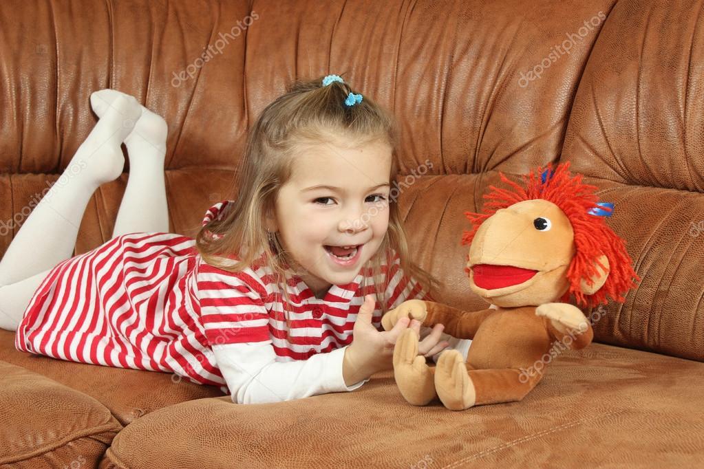 Фото девушек с мягкой игрушкой на диване фото 615-22