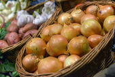 Onions on display in a supermarket — Stock Photo