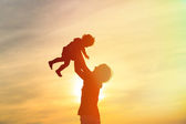Father and little daughter at sunset — Stockfoto