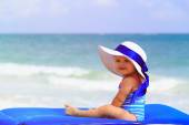 Cute little girl in big hat on summer beach — Stock Photo