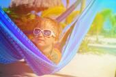Ragazzino felice rilassato in amaca sulla spiaggia — Foto Stock