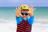Küçük çocuk tropik sahilde eğleniyor — Stok fotoğraf