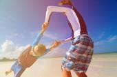 Père et fils en jouant sur la plage d'été — Photo
