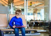 Petit garçon regardant pavé tactile dans l'aéroport — Photo