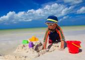 Little boy digging sand on tropical beach — Stock Photo