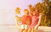 Omuzlarında eğleniyor tropikal beach adlı iki çocuğu olan baba — Stok fotoğraf