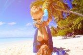父亲和儿子在海滩上玩 — 图库照片