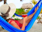 Woman with cocktail relaxed on tropical beach — Stock Photo