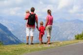 Famille avec enfants regardant les montagnes — Photo