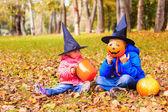 Çocuklar içinde halloween kılık sonbahar Parkı'nda oynar — Stok fotoğraf