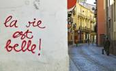 "Street and wall painting ""life is beautiful"" in French — Stock Photo"