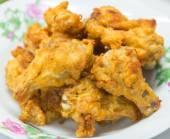 Ailes de poulet sur le plat blanc. — Photo