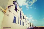 Okenice a lampy v Alghero nábřeží za jasného dne — Stock fotografie
