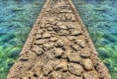 岩石的码头被翡翠水环绕 — 图库照片