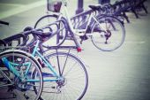Bicycles in an italian square — Stockfoto