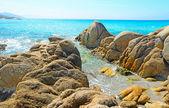 岸边的黄色岩石 — 图库照片