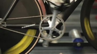 Man to twist pedal stationary bike — Stock Video