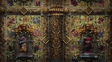 Golden iconostasis gates — Stock Video