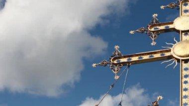 Gold cross camera motion — Stok video