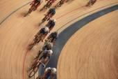 Cyklisté jezdit rychle v pohledu shora křivky — Stock fotografie
