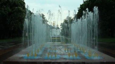 在城市公园的喷泉 — 图库视频影像