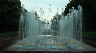 Fountains in city park — Stock Video