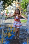 Little sympathetic girl in fountains — Stock Photo