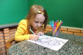 Menina na mesa de desenho — Fotografia Stock
