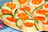 Sandwiches with red caviar and cucumber — Stock Photo