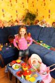 玩玩具在她房间里的小女孩 — 图库照片