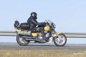 Motociklist goes on speedway — Stock Photo