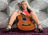 Kadın ve gitar — Stok fotoğraf