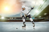 Ice hockey player on ice — Stock Photo