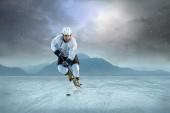 Ishockeyspelare på is — Stockfoto