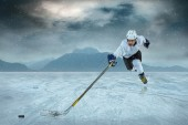 Ice hockey player on ice — Stockfoto