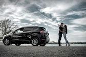 Lyckliga par nära ny bil — Stockfoto
