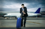 Businessman with baggage in airport — Stockfoto
