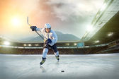 Ice hockey player on ice — Zdjęcie stockowe