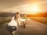 Szczęśliwą matką i synem na rowerze — Zdjęcie stockowe
