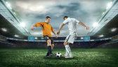 Två fotbollsspelare med boll — Stockfoto