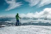 スキーヤーは山のピークに滞在します。 — ストック写真