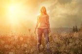Geluk vrouw verblijf buiten — Stockfoto