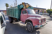 MARRAKESH, MOROCCO - NOV 22: Old truck in the street of Marrakesh. November 22, 2008 in Marrakesh, Morocco — Stockfoto