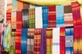 エッサウィラ、モロッコ、アフリカのメディナで販売用のカラフルなオリエンタル生地, — ストック写真