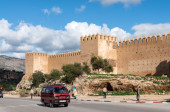 FEZ, MOROCCO - DEC 2: Street and the ancient fortified wall in Fez. December 2, 2008 in Fez, Morocco, Africa — Stock Photo