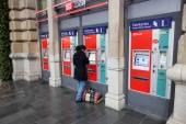 FRANKFURT - DEC 6: Person buying train tickets at the machine. December 6, 2014 in Frankfurt Main, Germany — Stock Photo