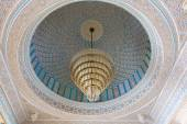 Beautiful luster inside of the Grand Mosque in Kuwait City, Middle East — Foto Stock