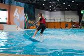 Загрузите Дюссельдорф 2015 - миры самый большой яхтенный спорт и выставка водных видов спорта. 25 января 2015 в Дюссельдорфе, Германия. внутренний бумажный змей, занимающийся серфингом в выставочном зале. — Стоковое фото