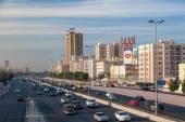 Kuvajt - Dec 8: Provoz městské dálnice v Kuvajtu. 8. prosince 2014 v Kuvajtu, Střední východ — Stock fotografie